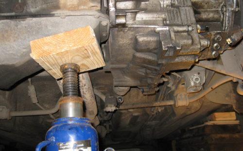 Фиксация двигателя домкратом на ВАЗ-2112