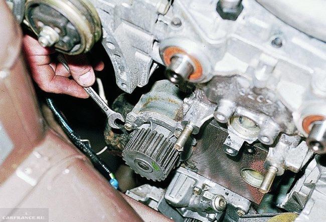 Процесс демонтажа помпы ВАЗ-2112