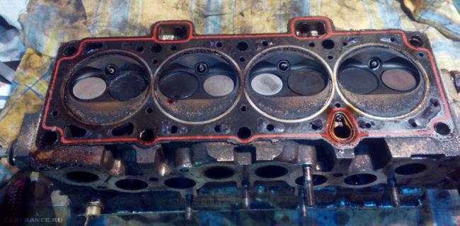Прокладка ГБЦ на ВАЗ-2114 вблизи двигатель снят