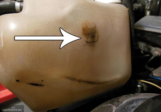 Место протечки бачка с охлаждающей жидкостью на ВАЗ-2114