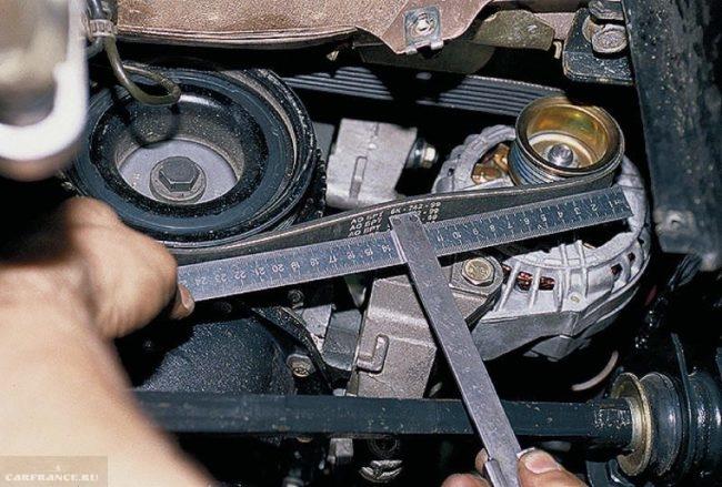 Измерение прогиба ремня генератора ВАЗ-2114 линейкой