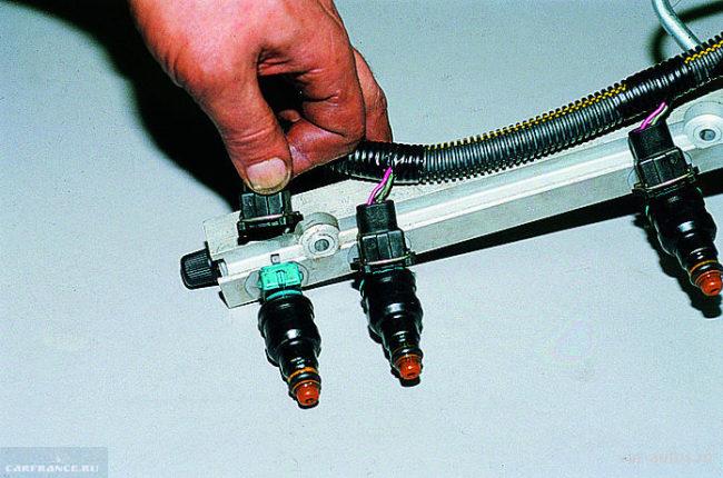 Форсунки на топливной рампе ВАЗ-2114 с отсоединёнными проводами