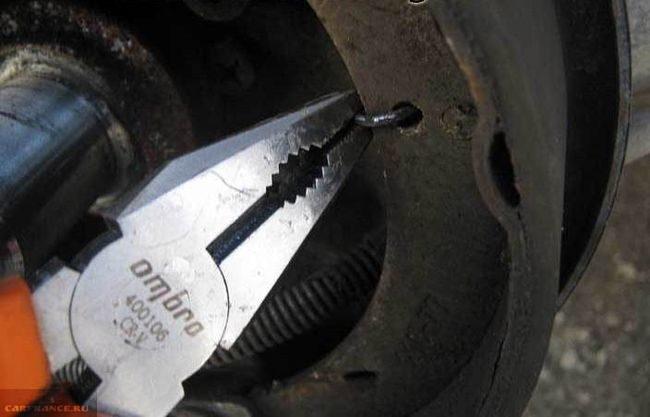 Демонтаж колодки ВАЗ-2112 с посадочного места