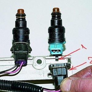 Отсоединённый электрический разъём от форсунки ВАЗ-2114 на топливной рампе