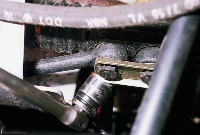 Демонтируем болты крепления пыльника рулевой рейки ВАЗ-2112