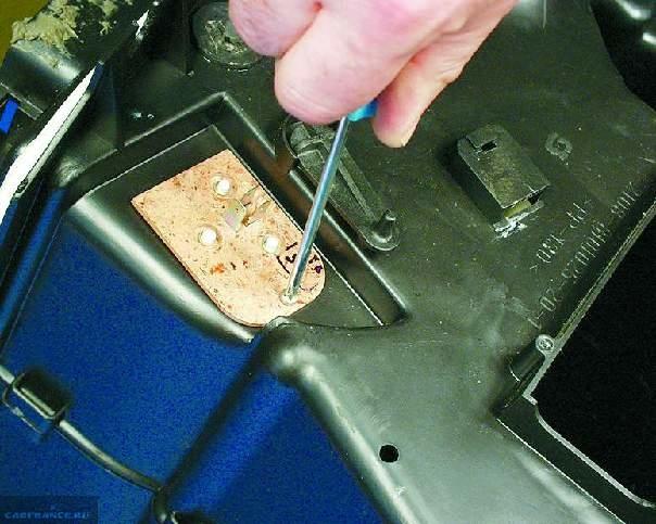 Снимаем резистор вентилятора печки ВАЗ-2114