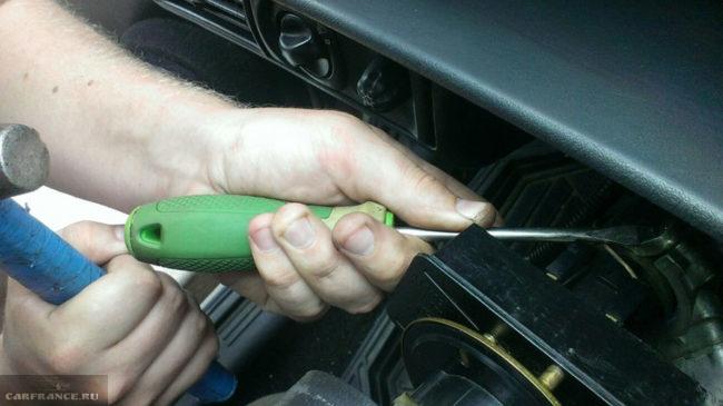Сбитие заклёпок с замка зажигания на ВАЗ-2114