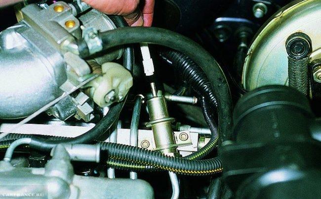 Отсоединенный вакуумный шланг от регулятора давления топлива ВАЗ-2114