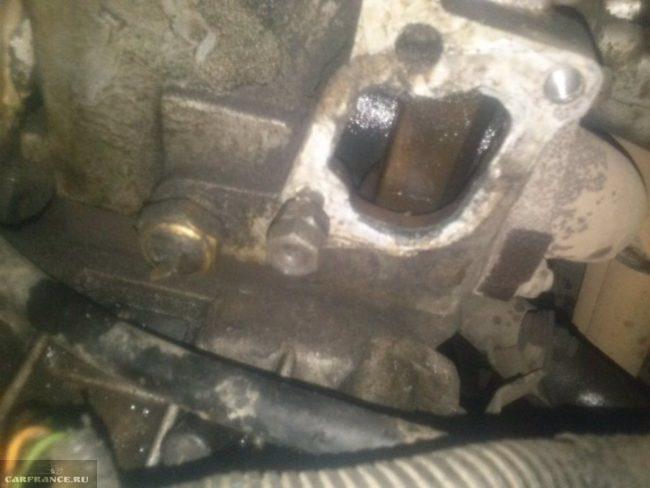 Процесс вкручивания шпилек для крепления термостата на ВАЗ-2114 двумя гайками
