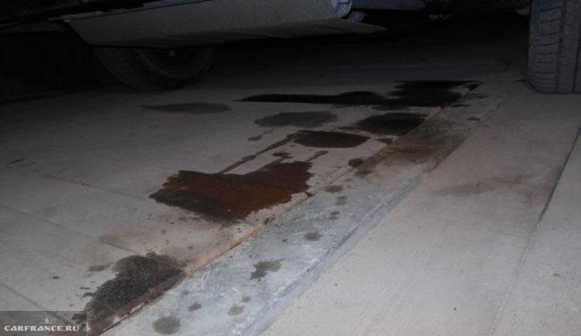 Следы подтеков под автомобилем ВАЗ-2114