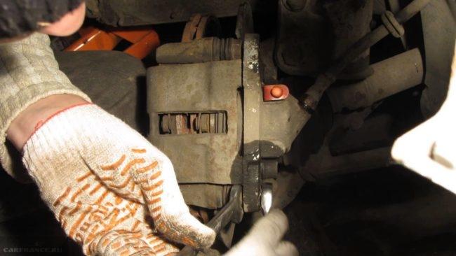 Видны следы протечек с переднего тормозного цилиндра ВАЗ-2112