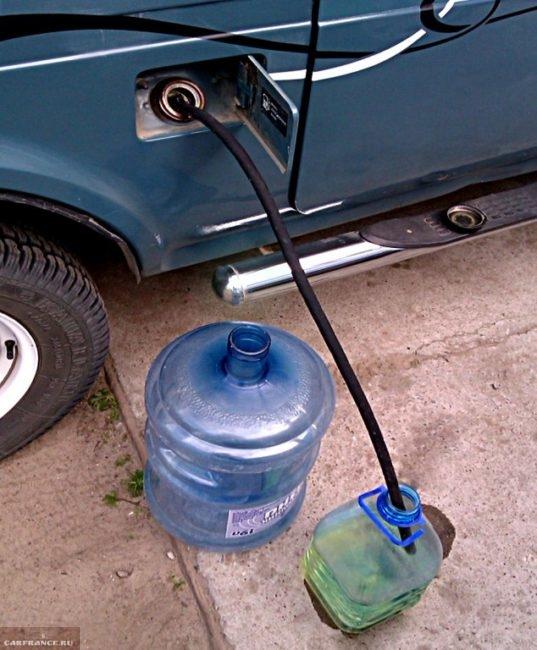 Бензин сливается из бензобака ВАЗ-2114 по резиновому шлангу