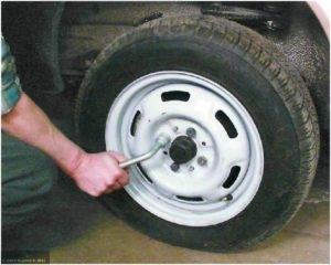 Демонтируем болты колеса ВАЗ-2112