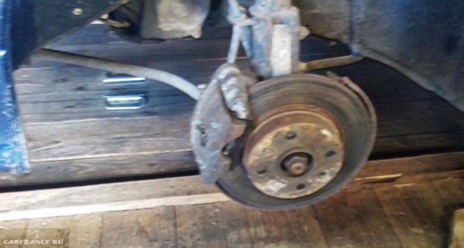 Переднее колесо снято видно стойку на ВАЗ-2114
