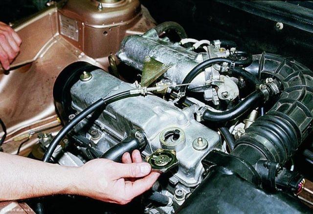 Демонтируем заливную пробку ВАЗ-2112