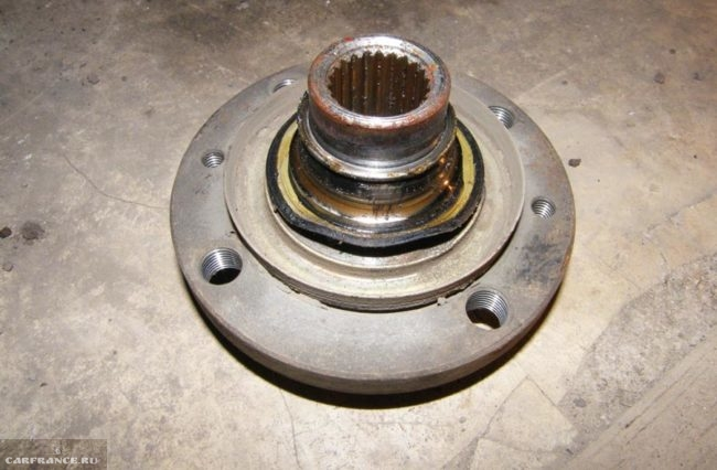 Корпус ступицы на ВАЗ-2112 демонтирован
