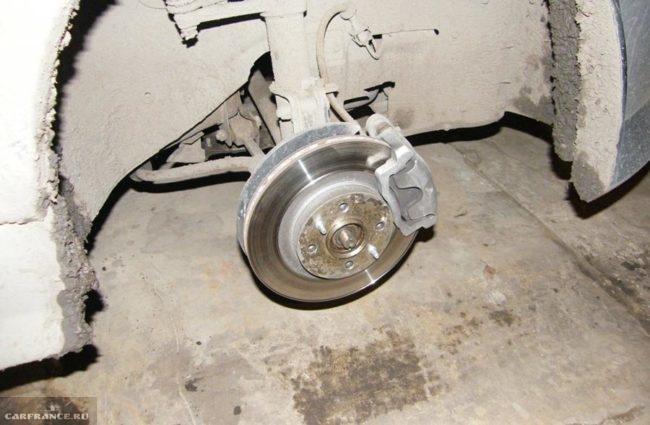 Переднее колесо снято для доступа к гайке передней ступицы на ВАЗ-2112