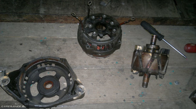 Составные части разобранного генератора для проверки на ВАЗ-2114
