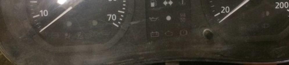 Панель приборов Рено Логан вблизи: спидометр и тахометр