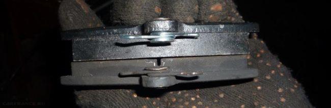 Старая и новая тормозная колодки с ВАЗ-2112
