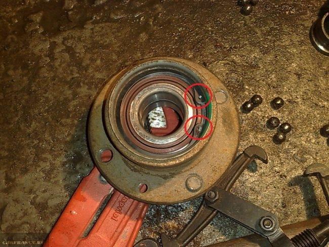 Усы стопорного кольца на ступичном подшипнике ВАЗ-2112