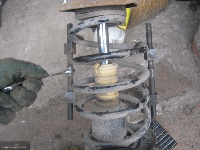 Стягиваем пружину передних стоек ВАЗ-2112
