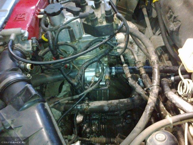 Установленный термостат от Лада Гранта с патрубками на ВАЗ-2114