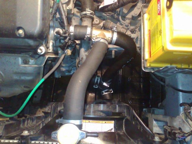 Установленный термостат на ВАЗ-2108 под капотам