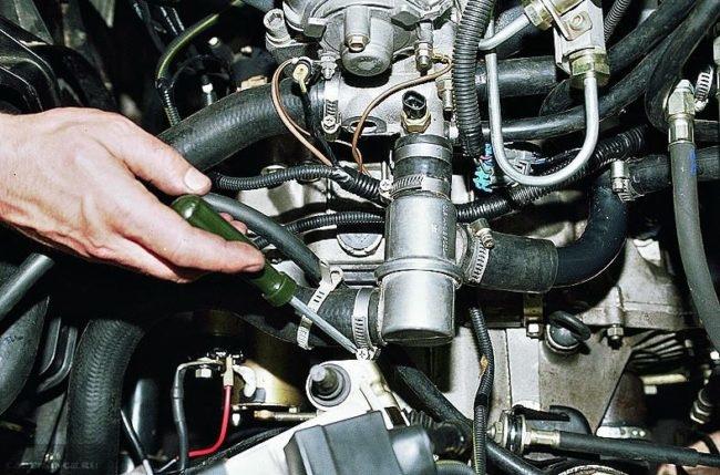 Установленный термостат на ВАЗ-2110 под капотом
