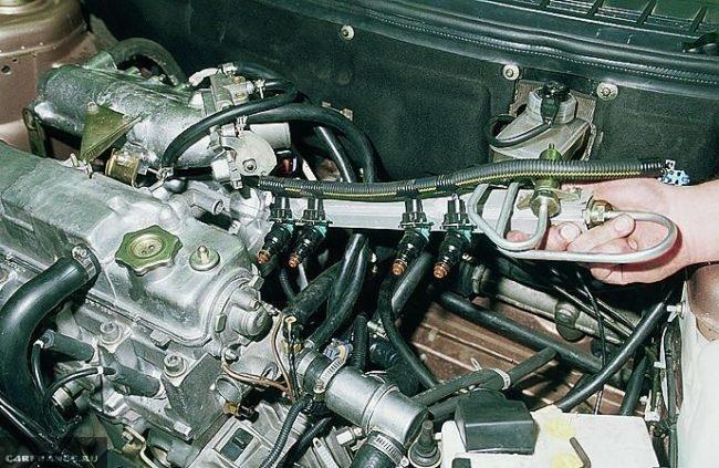 Топливная рампа с форсунками ВАЗ-2114 под капотом