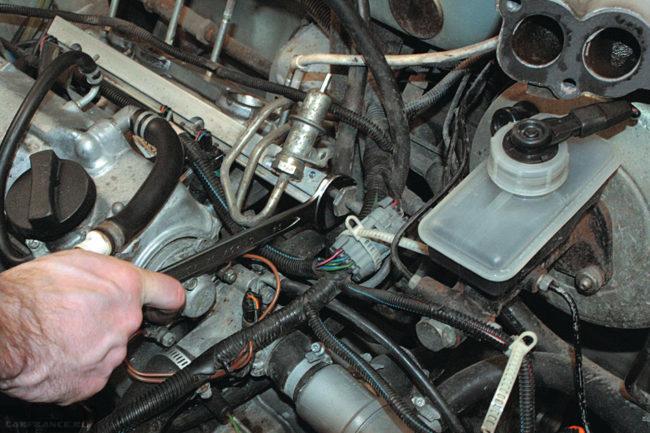 Процесс демонтажа топливной рампы ВАЗ-2114