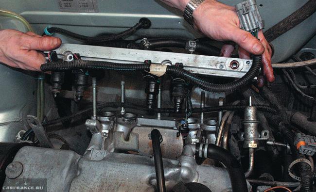 Топливная рампа вместе с жгутом проводов форсунок и форсунками