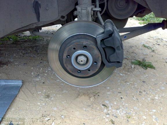 Диск тормозной и суппорт тормоза на ВАЗ-2114 вблизи