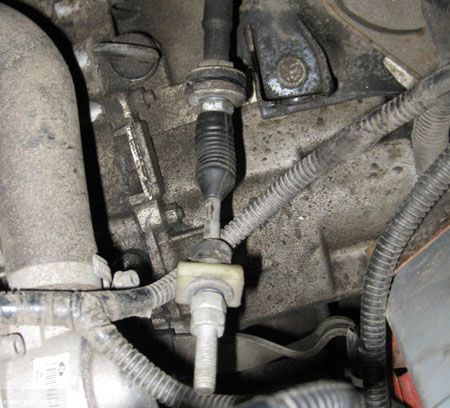 В процессе демонтажа троса сцепления на ВАЗ-2112