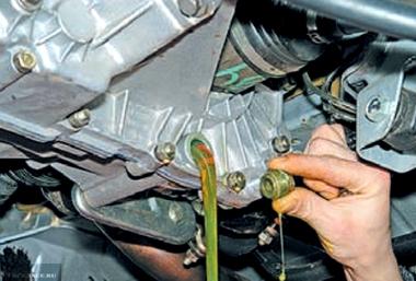 Процесс слива старого масла из КПП ВАЗ-2112