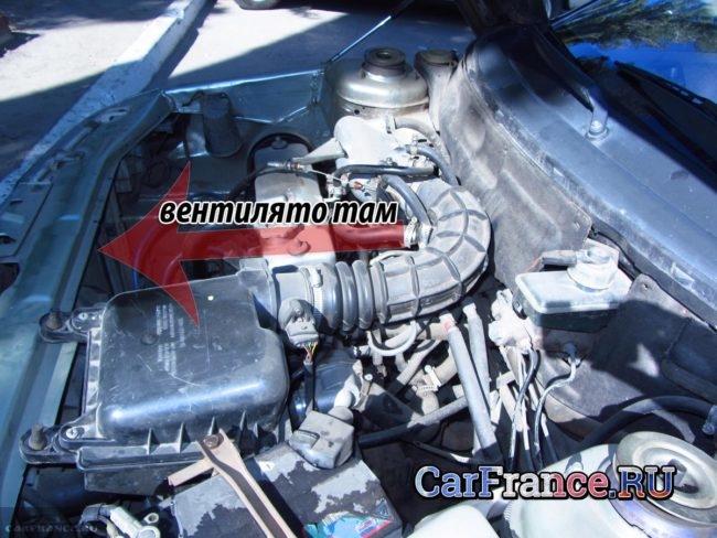 Вентилятор охлаждения двигателя под капотом ВАЗ-2112