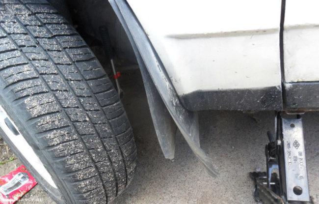 Переднее колесо выкручено и поднято на домкрате ВАЗ-2108