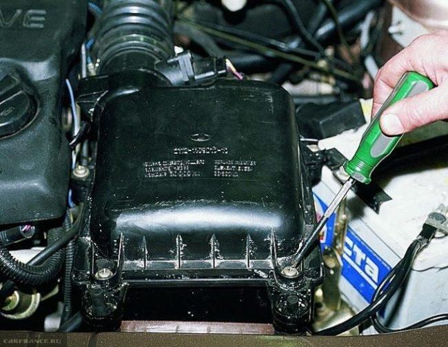 Процесс демонтажа воздушного фильтра на ВАЗ-2114