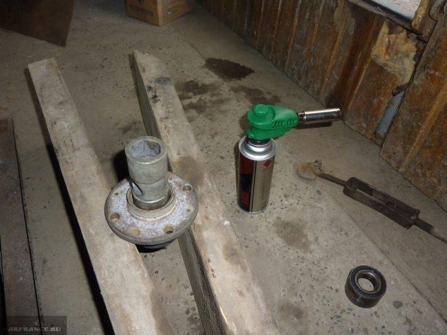 Демонтаж подшипника ступицы ВАЗ-2112 при помощи молотка