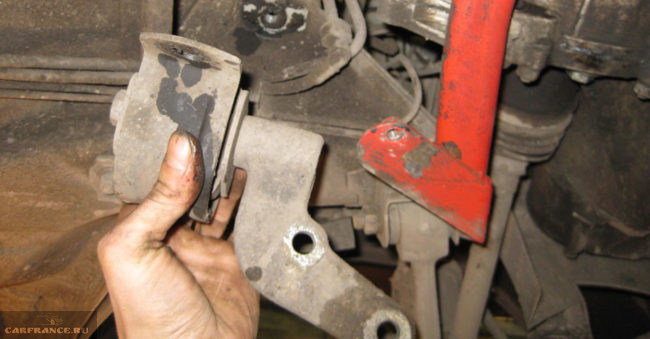 Демонтаж задней подушки коробки передач на ВАЗ-2112