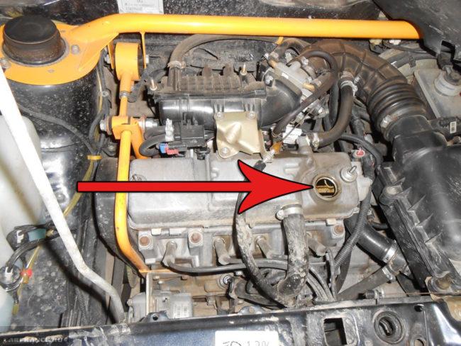Лючок маслозаливной горловины на ВАЗ-2114