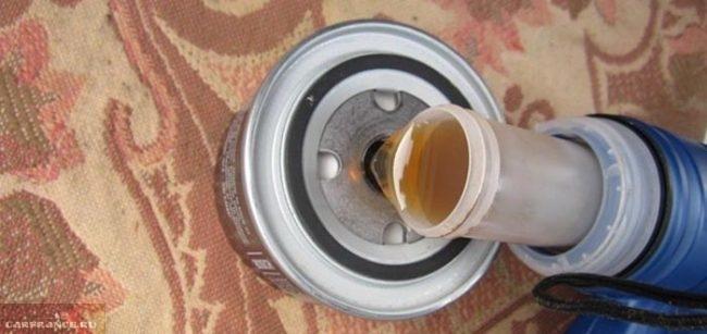 Зливаваем масло в масляный фильтра на ВАЗ-2112