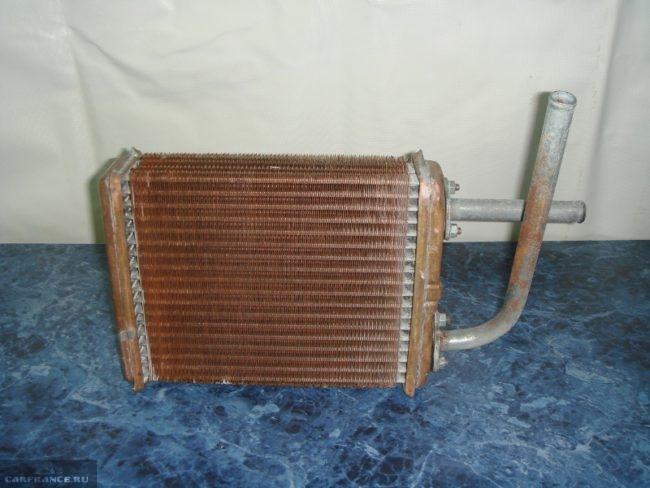 Снятый радиатор двигателя ВАЗ-2114