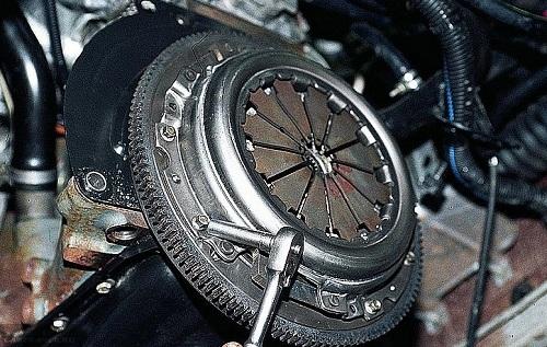 Демонтируем болты сцепления ВАЗ-2112