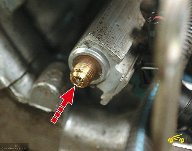 Контрольный клапан на заднем конце топливной рампы ВАЗ-2114