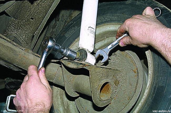 Снимаем крепежный болт с амортизатора ВАЗ-2114