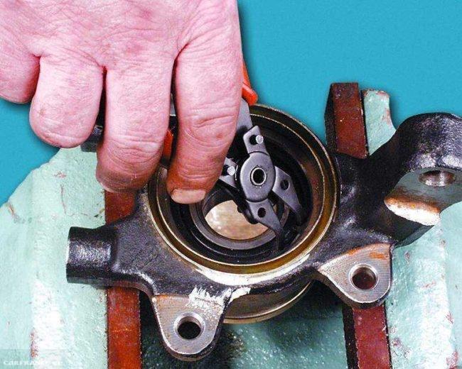 Демонтаж упорного кольца ВАЗ-2114
