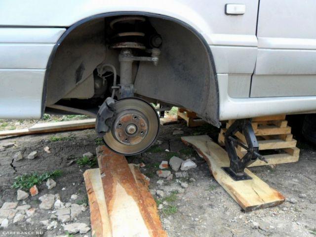 ВАЗ-2114 со снятыми колесами
