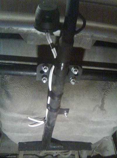 Вид снизу установленной продольной балки фаркопа ВАЗ-2114