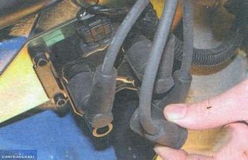 Демонтаж проводов с катушки зажигания ВАЗ-2114